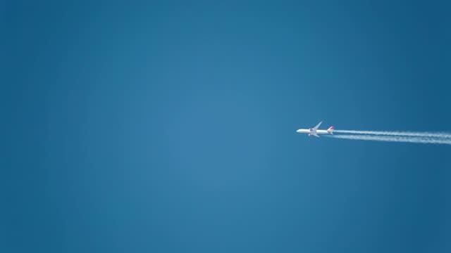 jet aircraft in a blue sky. boeing 787-9 dreamliner. g-vbzz. pvg-lhr. altitude 36,000 ft/10,972m. speed477 kts/ 883km/h. - ローアングル点の映像素材/bロール