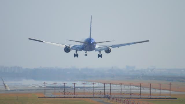 Jet-Flugzeug Landung im großen Flughafen, 4 k (UHD