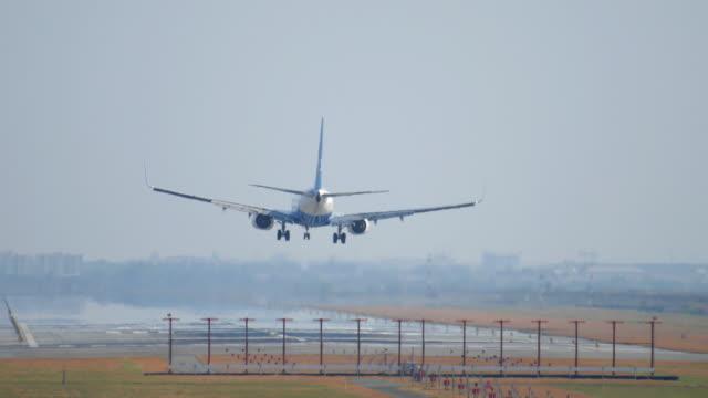 ジェットを着陸飛行機で大きな空港、4 K (UHD
