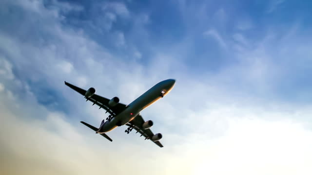 stockvideo's en b-roll-footage met jet airplane flying overhead - taking off