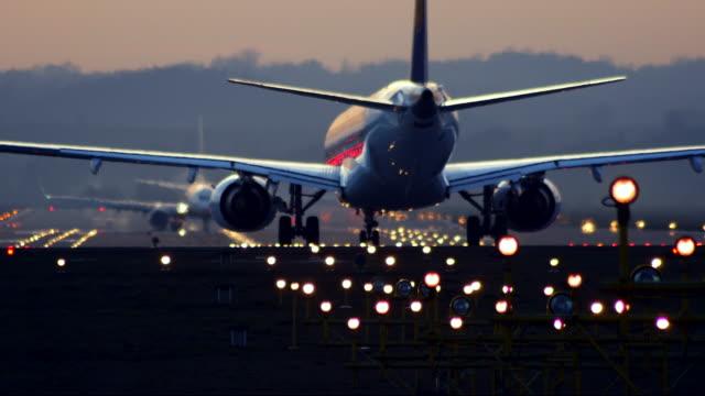 jet-flugzeug auf der startbahn warten auf sie. - start und landebahn stock-videos und b-roll-filmmaterial