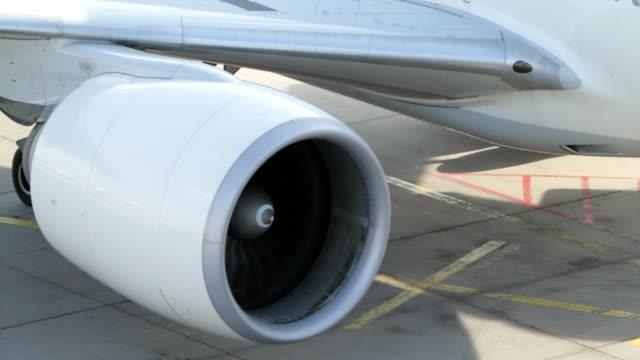 vídeos de stock e filmes b-roll de motor a jato do avião moderno - turbina
