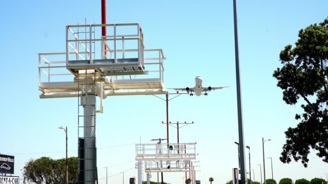 ws-jet, die landung auf dem flughafen - audio available stock-videos und b-roll-filmmaterial