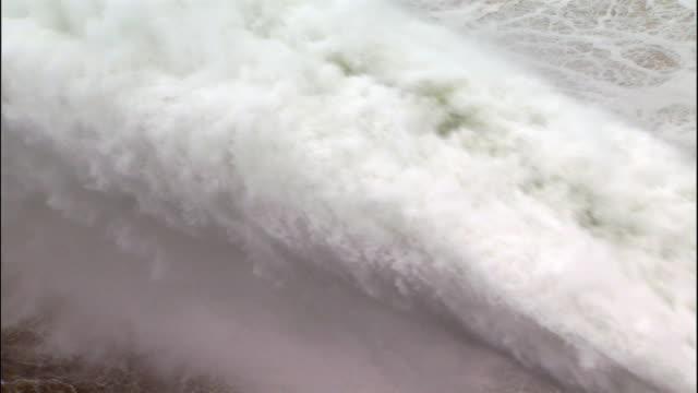 stockvideo's en b-roll-footage met jet of water gushes from xioalangdi dam. - waterkracht