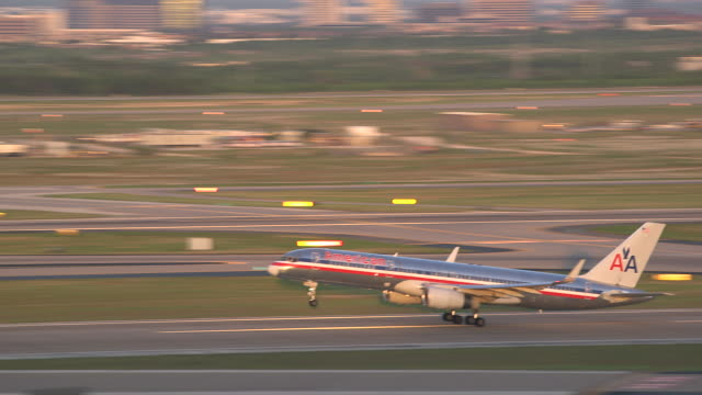 pan jet (boeing 757) passenger plane taking off at sunset/dfw international airport, dallas-fort worth, texas, usa - südwestliche bundesstaaten der usa stock-videos und b-roll-filmmaterial