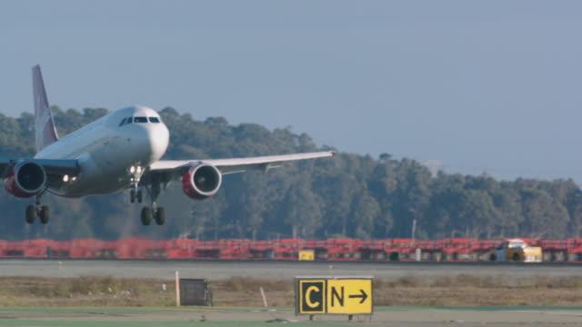 jet passenger plane virgin america touches down slow-motion on landing at sfo - タッチダウン点の映像素材/bロール