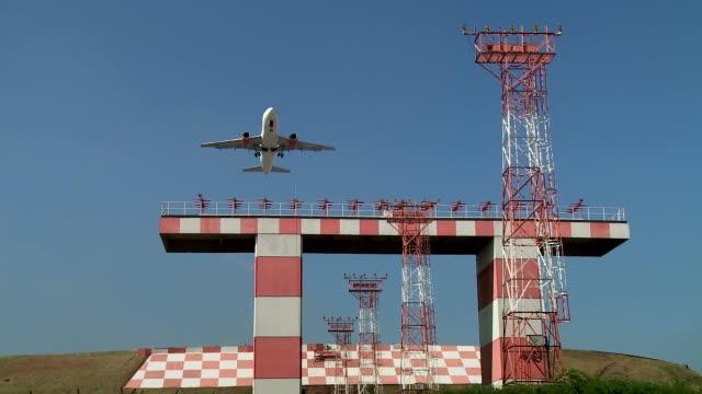 vídeos de stock, filmes e b-roll de decolagem do avião a jato - aeroporto