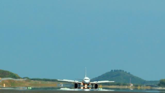 jet-flugzeug abheben - abheben aktivität stock-videos und b-roll-filmmaterial