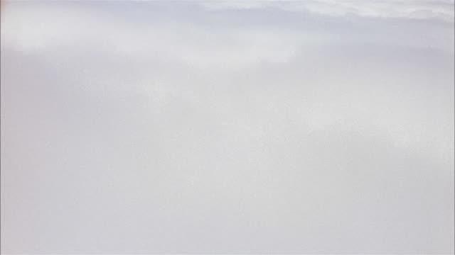 jet point of view clouds through passenger window - dejaover点の映像素材/bロール