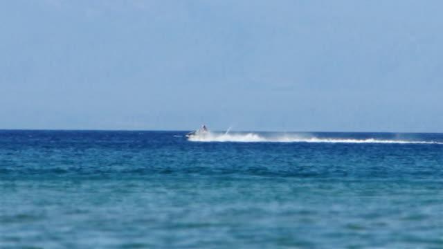 vídeos de stock e filmes b-roll de jet ski lancha no lago tahoe - barco a motor embarcação de lazer