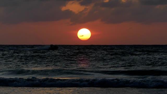 tramonto in moto d'acqua sulla spiaggia di patong, phuket - acquascooter video stock e b–roll