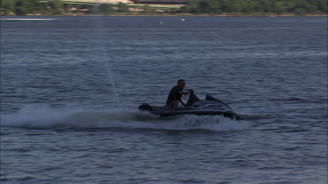 a jet skier and the nyc skyline - acquascooter video stock e b–roll