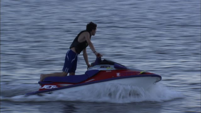 jet skiers enjoying themselves in the hudson river in north manhattan / jet skiers in the hudson river on august 23, 2012 in new york, new york - acquascooter video stock e b–roll