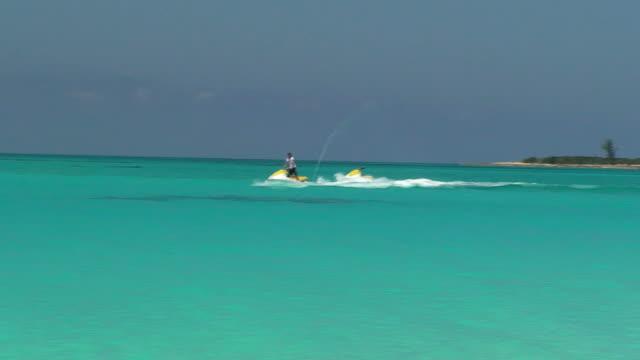jet cielo sul mar dei caraibi - acquascooter video stock e b–roll