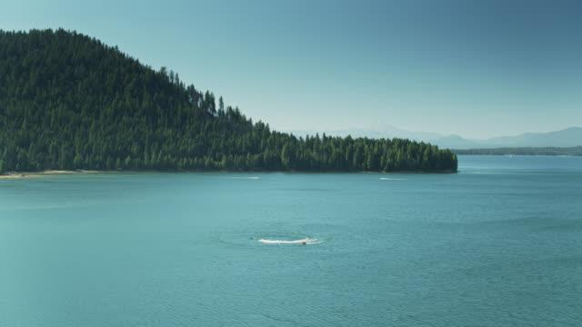 jet skis auf dem almanor-see - drohnen-schuss - wasserpumpanlage stock-videos und b-roll-filmmaterial
