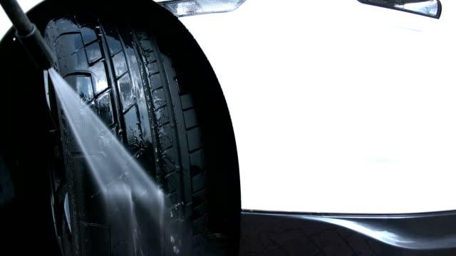 vídeos de stock, filmes e b-roll de jet lavando um automóvel pneus - mordomo equipe doméstica