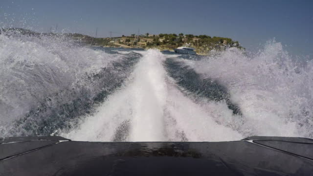 jetski rear pov accelerating from port. - 航跡点の映像素材/bロール