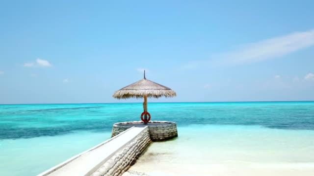 vídeos de stock, filmes e b-roll de terminal de canareef resort maldivas, herathera ilha, addu atoll, maldives - chapéu de sol