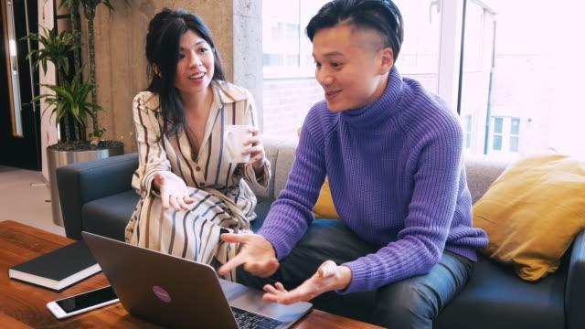 jeunes entrepreneurs au travail d'équipe au bureau avec ordinateur portable - ordinateur portable stock videos & royalty-free footage