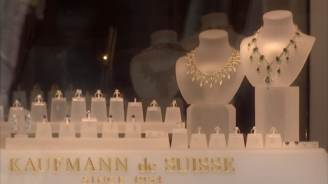 ms jeweled necklaces and diamond rings on display in window of kaufmann de suisse / palm beach florida usa - auslage stock-videos und b-roll-filmmaterial