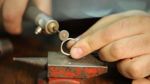 vidéos et rushes de jeweler. jewelry repair shop. - chrome