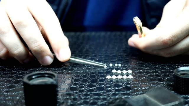 vídeos de stock, filmes e b-roll de jeweler works with diamonds - anel joia