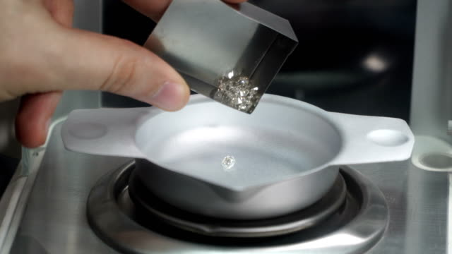 jeweler works with diamonds - waage gewichtsmessinstrument stock-videos und b-roll-filmmaterial
