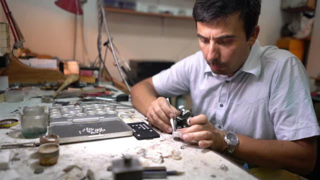 vídeos de stock e filmes b-roll de jeweller at work - ring