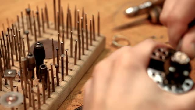 vídeos de stock, filmes e b-roll de oficina de joalheiro. close-up em ferramentas - joia