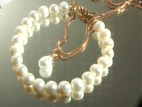 stockvideo's en b-roll-footage met jewelry made of white pearls - parel juwelen