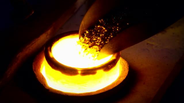 schmuckherstellung - verhüttung von schrott gold in der gießerei - schmiede stock-videos und b-roll-filmmaterial