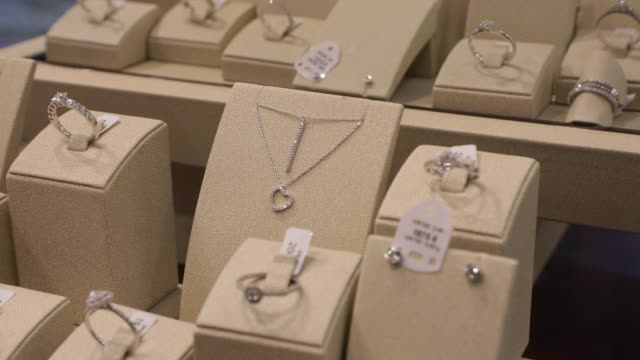 vidéos et rushes de jewelry stall as local shop owners closed administratively due to the covid19 health crisis on november 3, 2020 in paris, france. french government... - braqueur de banque