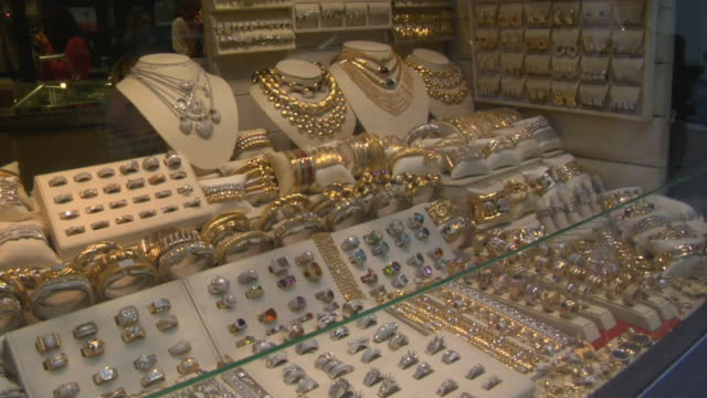 cu td jewelry window display in store / new york, new york, usa - auslage stock-videos und b-roll-filmmaterial