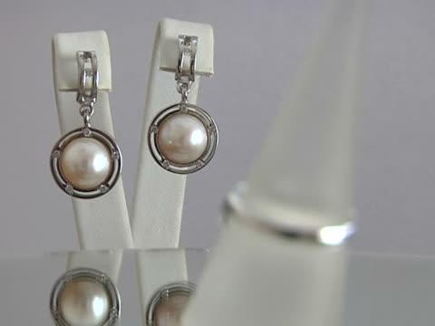 stockvideo's en b-roll-footage met jewelry with pearls - parel juwelen