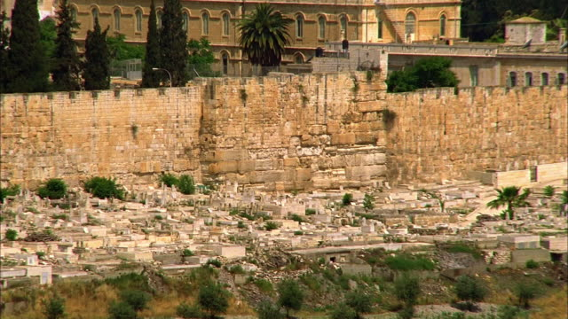 t/l, ha, pan jewish cemetery along surrounding wall, jerusalem, israel - surrounding wall stock-videos und b-roll-filmmaterial