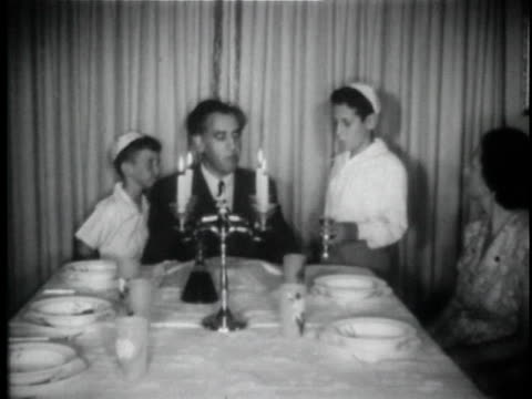 vídeos y material grabado en eventos de stock de b/w ms pan jewish family praying before meal at dining table / usa - familia con cuatro hijos