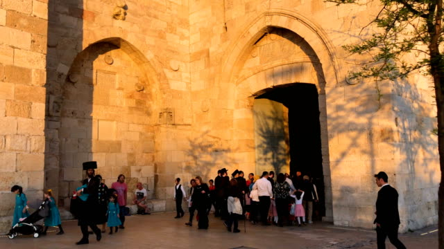 a jewish family walks through the jaffa gate in the old city on march 31 2018 in jerusalem israel thousands of tourists and pilgrims have descended... - jaffa stock-videos und b-roll-filmmaterial