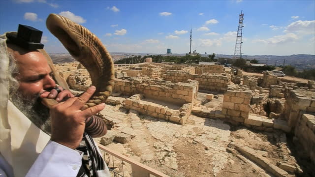 jewish man with shofar, tomb of the prophet samuel national park, near jerusalem in judea desert, israel - avvenimento biblico video stock e b–roll