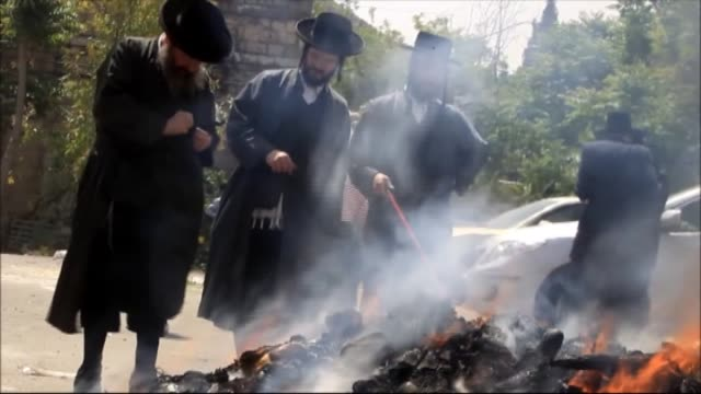 stockvideo's en b-roll-footage met jewish men prepare and burn leavened items as part of the biur chametz ritual in preparation for the passover holiday which begins at sunset on april... - orthodox jodendom