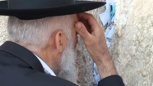 cu jewish prayer speaking to wailing wall / jerusalem, mechoz jeruschalajim, israel - wailing wall stock videos & royalty-free footage