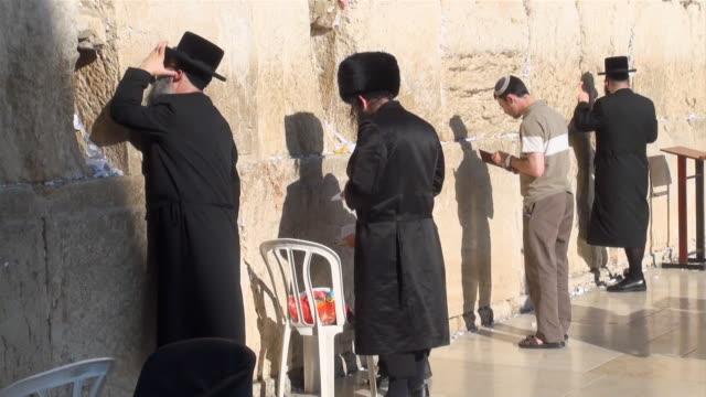 ms jewish prayers at wailing wall / jerusalem, mechoz jeruschalajim, israel - wailing wall stock videos & royalty-free footage