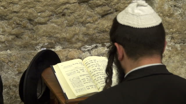 jewish prayers in wailing wall - judaism stock-videos und b-roll-filmmaterial