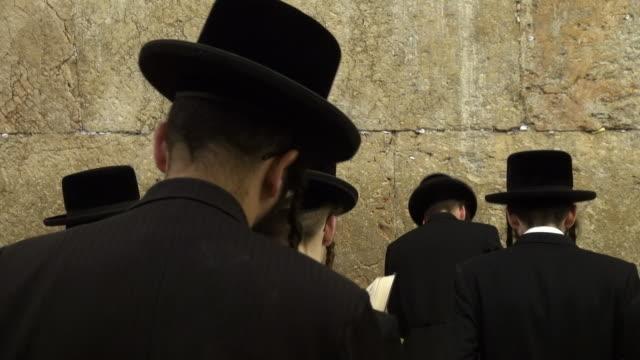 vídeos y material grabado en eventos de stock de jewish prayers in wailing wall - torah