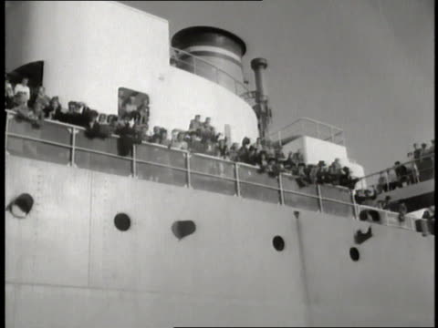 jewish refugees wave from the deck of an ocean liner in the new york harbor - judaism stock-videos und b-roll-filmmaterial