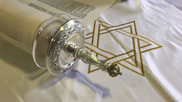 vidéos et rushes de jewish sefer torah scroll - religion