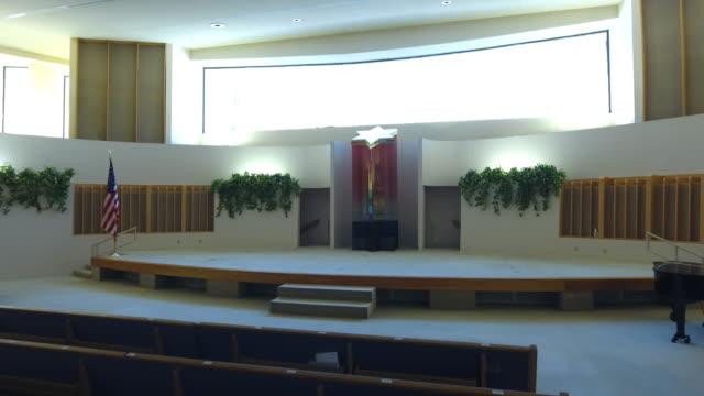 vídeos y material grabado en eventos de stock de jewish synagogue chapel interior fly-through with drone camera - torah