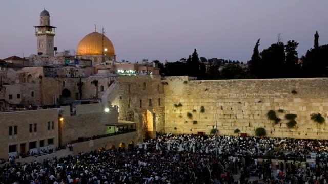 jewish worshipers fill the western wall on tisha b'av feast - tempel stock-videos und b-roll-filmmaterial