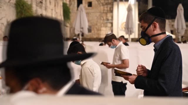 jewish worshippers gathered thursday night in jerusalem's western wall to attend 'selichot', a traditional prayer of repentance being held towards... - rosh hashanah stock videos & royalty-free footage
