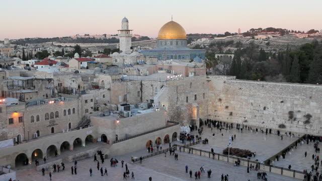 vídeos de stock, filmes e b-roll de jews gather at the wailing wall in jerusalem. - jerusalém