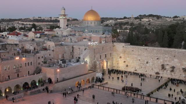 stockvideo's en b-roll-footage met jews gather at the wailing wall in jerusalem. - rotskoepel
